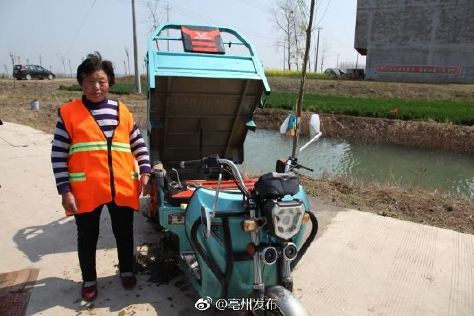 三轮车不慎落水  蒙城民警潜水帮打捞 自媒体
