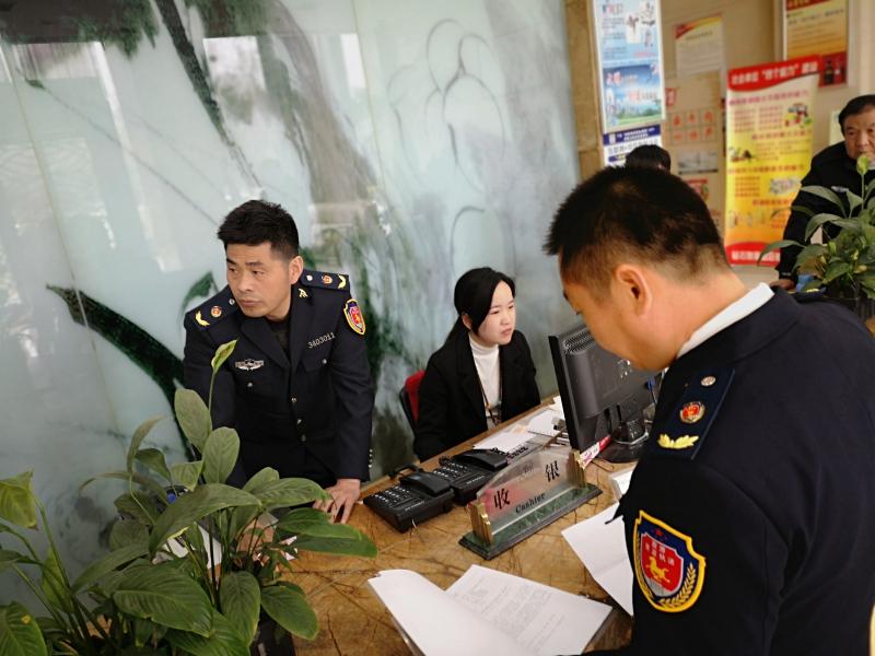 市执法大队对酒店入住游客信息进行检查 自媒体