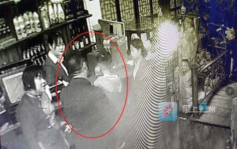 【实拍】被放在饭店的男孩终于回家了!背后的原因令人心酸...... 自媒体