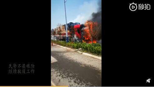 大货车起火油箱爆炸   亳州民警消防奋力扑救 自媒体