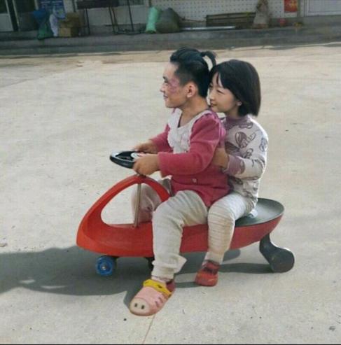 抖音易烊千玺周冬雨骑小车图片无水印分享 少年的你易烊千玺周冬雨骑小车的表情包 软件教程