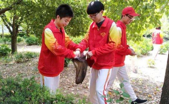 亳州一中青年志愿者开展校园清扫服务活动